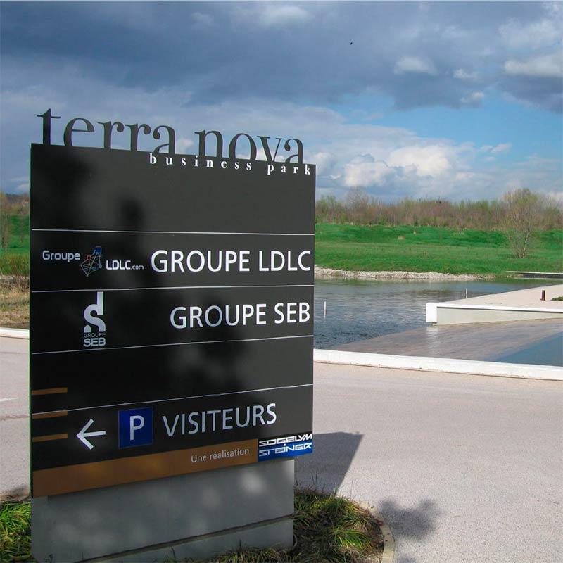 terra-nova_signaletique-69_totem-exterieur
