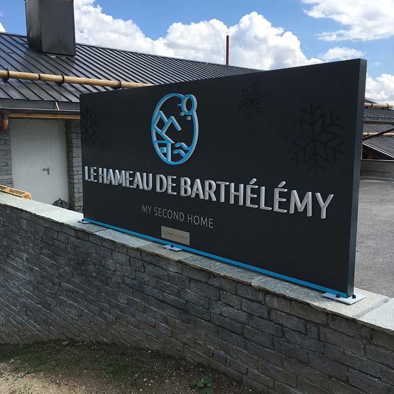 lettres-totem-exterieur_73_hameau-barthelemy-terresens